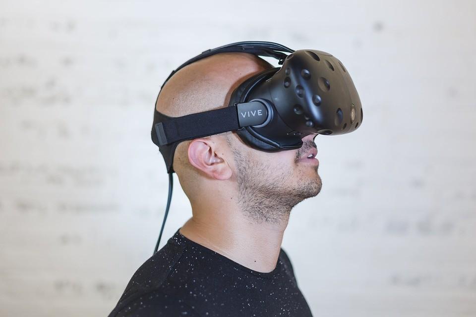 homme portant casque de réalité virtuelle