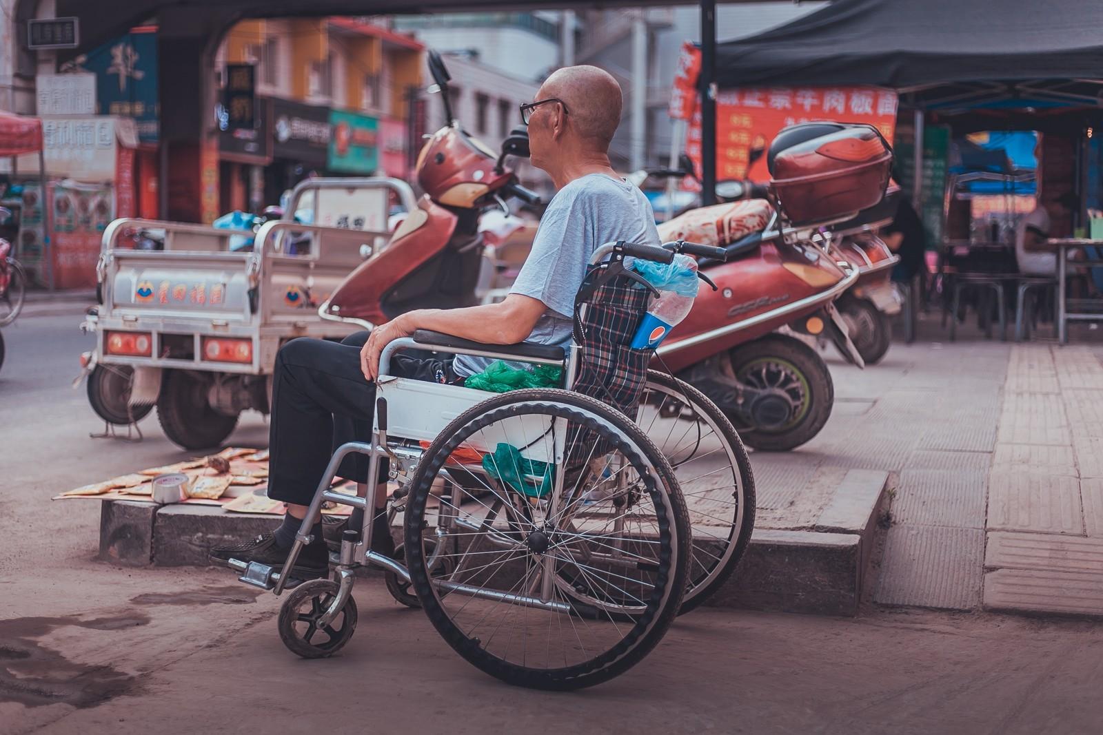 homme handicapé au marché