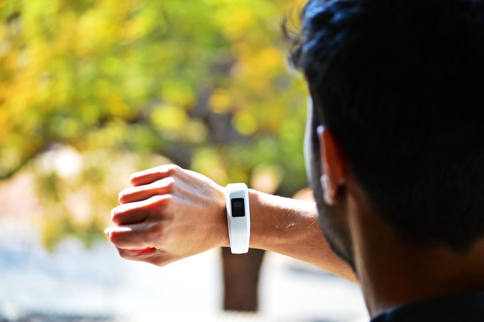 montre connectée portée poignet homme
