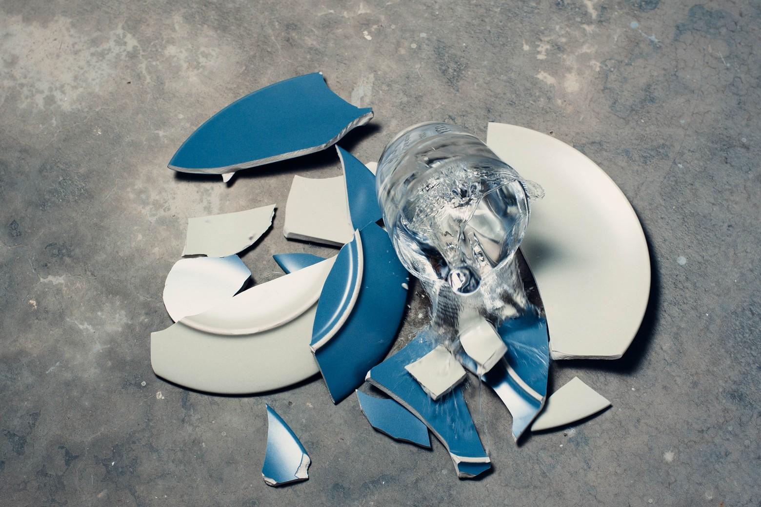 assiettes céramiques cassées sol