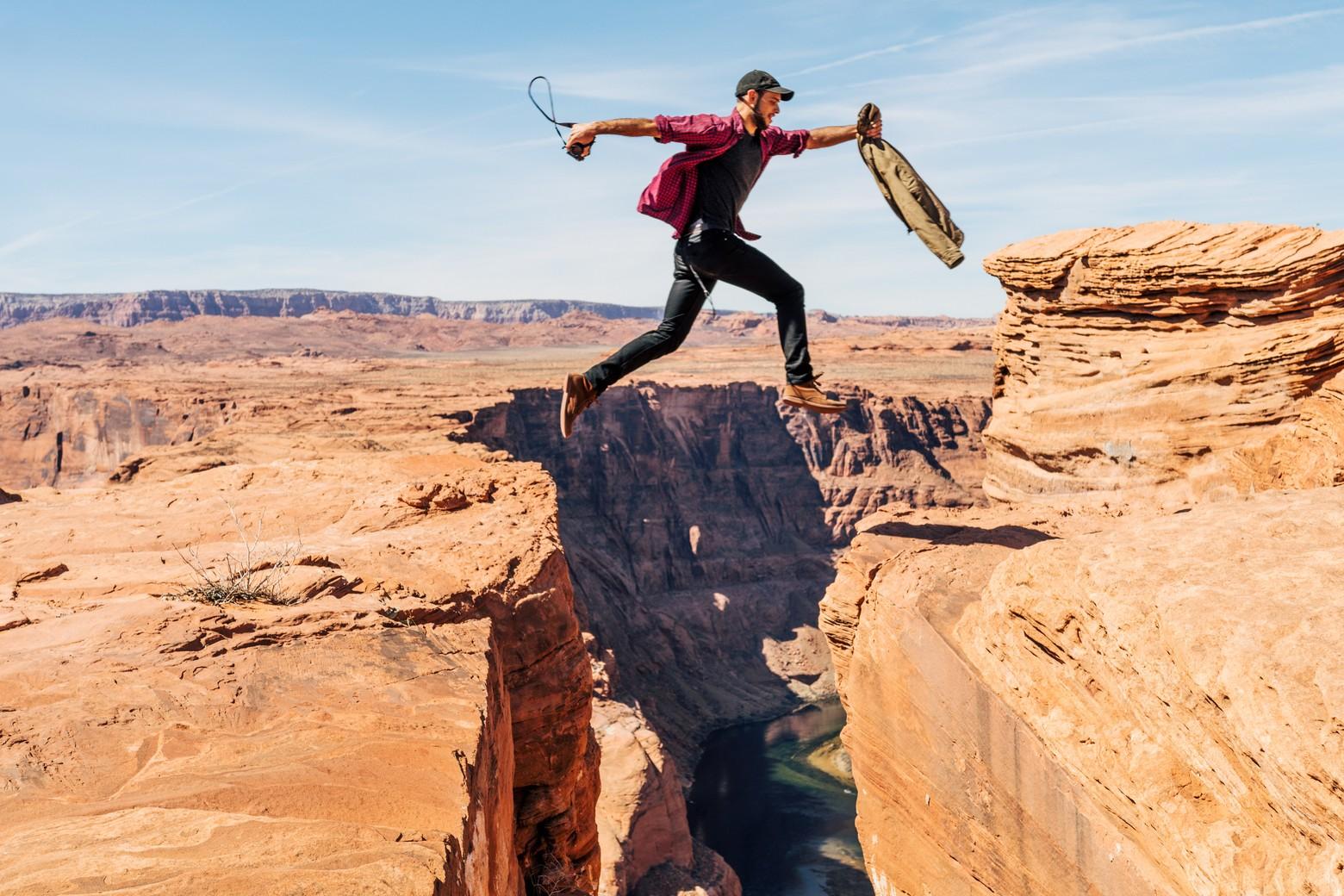 homme saute entre 2 fossés