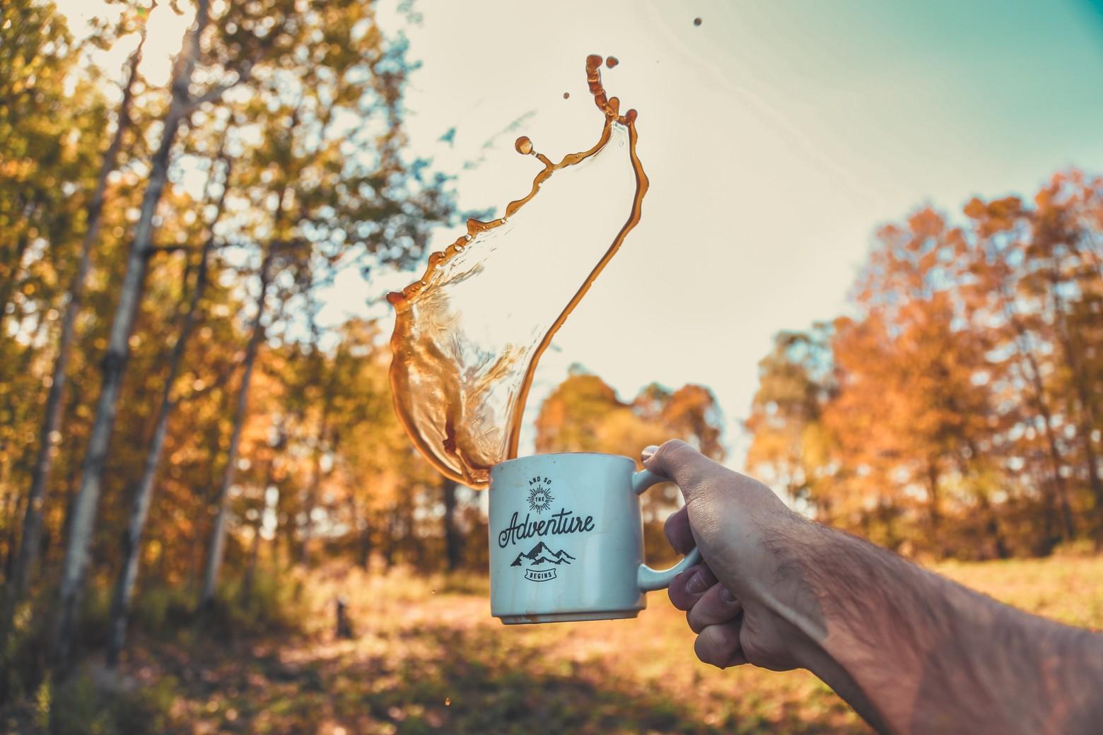 mise au point peu profonde de la personne renversant le café de la tasse