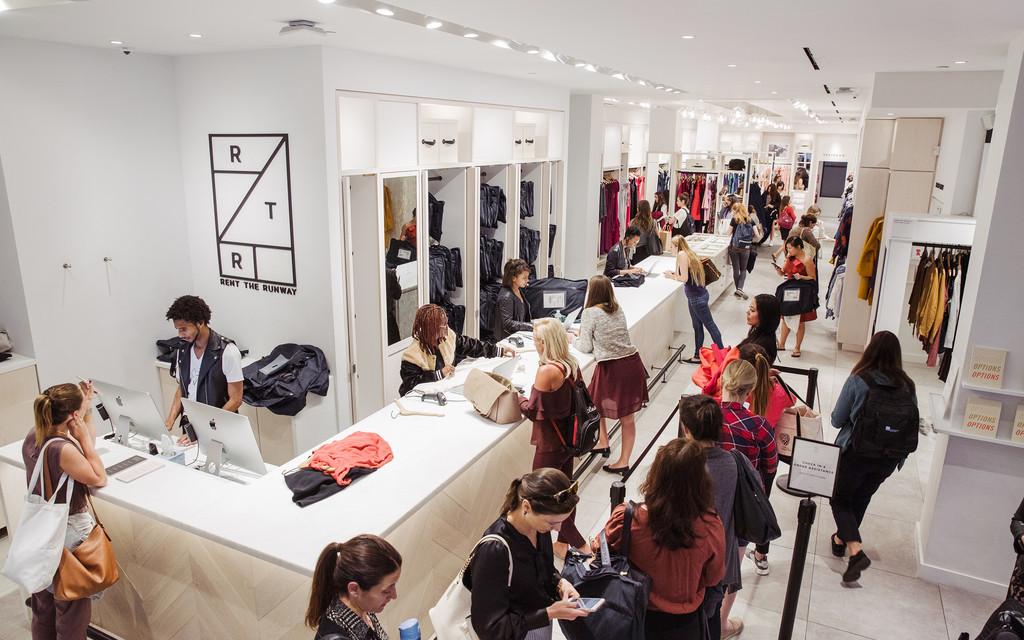 intérieur magasin clients et vendeurs Rent the Runway