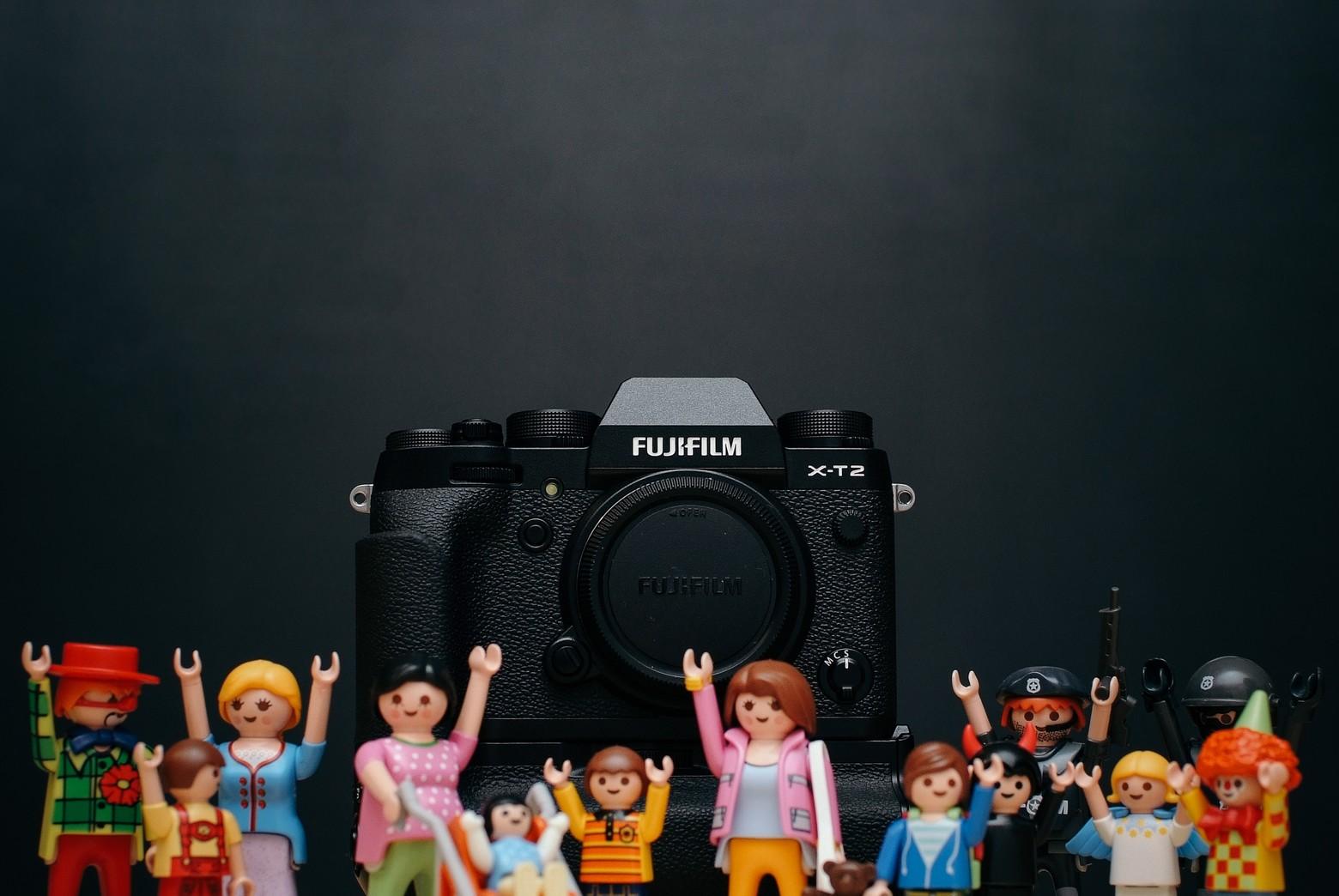 Boîtier Fujifilm noir avec lot de jouets playmobil