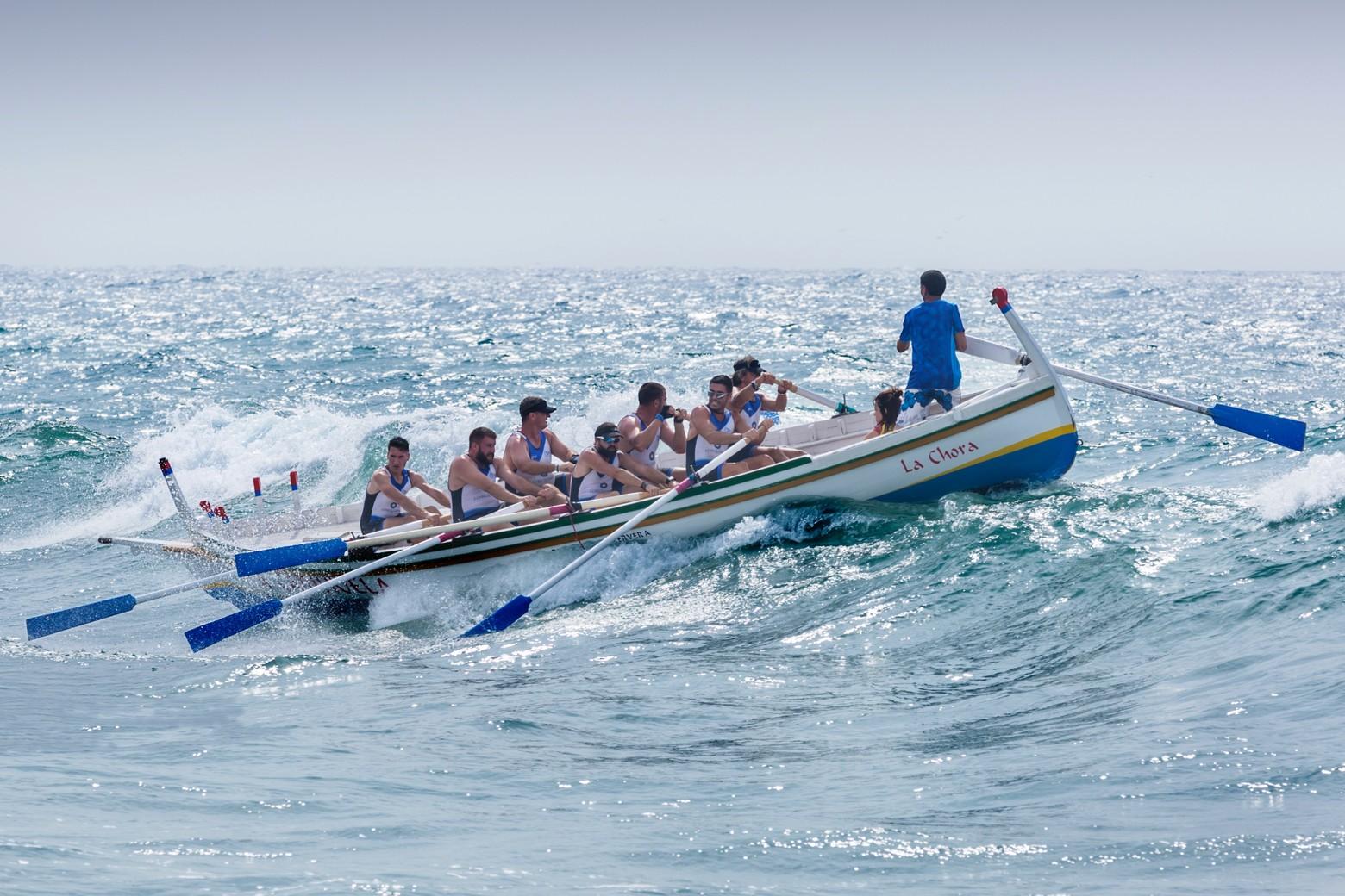 groupe d'hommes à bord d'un bateau