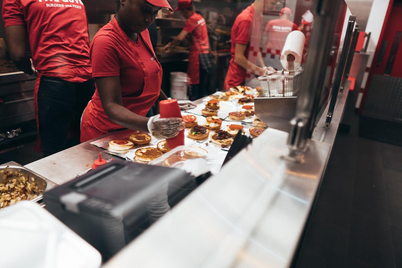 serveur en cuisine fast food five guys