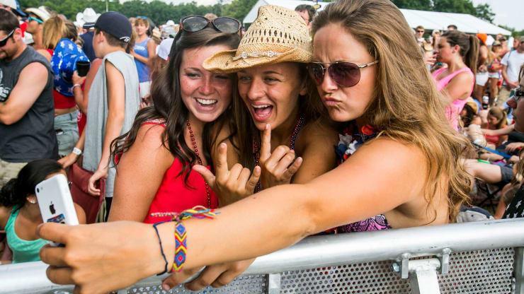 3 filles se prennent en selfie festival